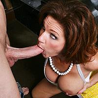 La milf spompina il suo maschione