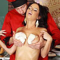 Tettona viene inculata dal sexy pizzaiolo